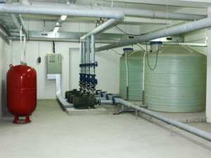 работающий после монтажа водоснабжения и канализации в Тюмени